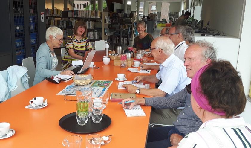 Informatiebijeenkomst voor potentiële Wikipedia-schrijvers in de Tielse bibliotheek. Toos Groen achter de laptop, naast Michelle van Lanschot.