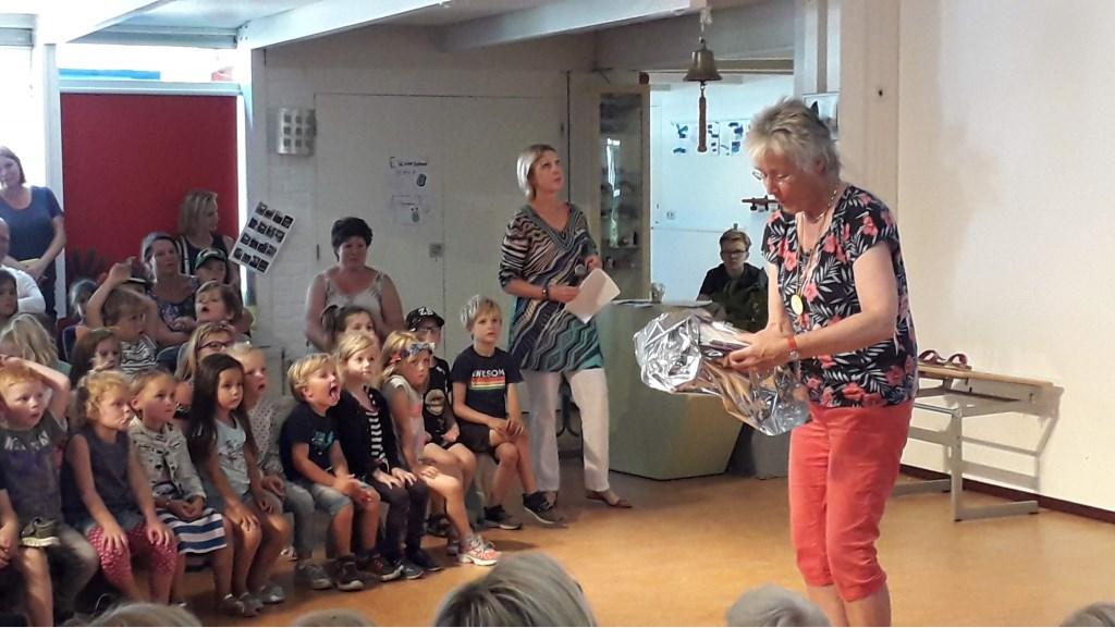 Afscheidscadeau van de kinderen. Foto: Carla Adelaar © Persgroep