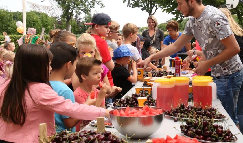 In de pauze genoten de kinderen van o.a. heerlijk vers fruit gesponsord door Jumbo Lienden en MTS van Elst.