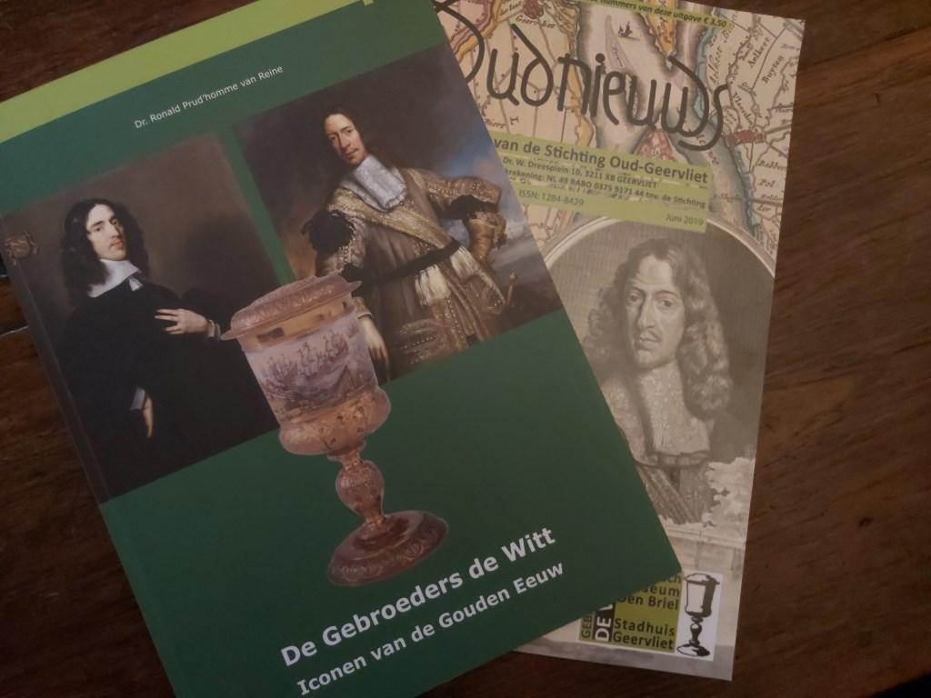 Bij de tentoonstelling zijn een boek en een tijdschrift te koop. (foto: Arco van der Le)  © Persgroep