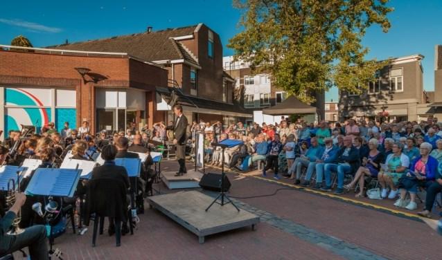 """""""Het is echt bijzonder om te horen hoe driekoren en een harmonieorkest samen klinken,"""" reageert organisator Freek Tasma. Foto:  © Persgroep"""