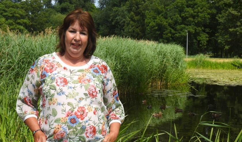 Sylvia Kroos op de plek waar nog wel eenden zwemmen; het zwanenechtpaar met pulletjes is verdwenen! (Foto: Marius Schinkel)
