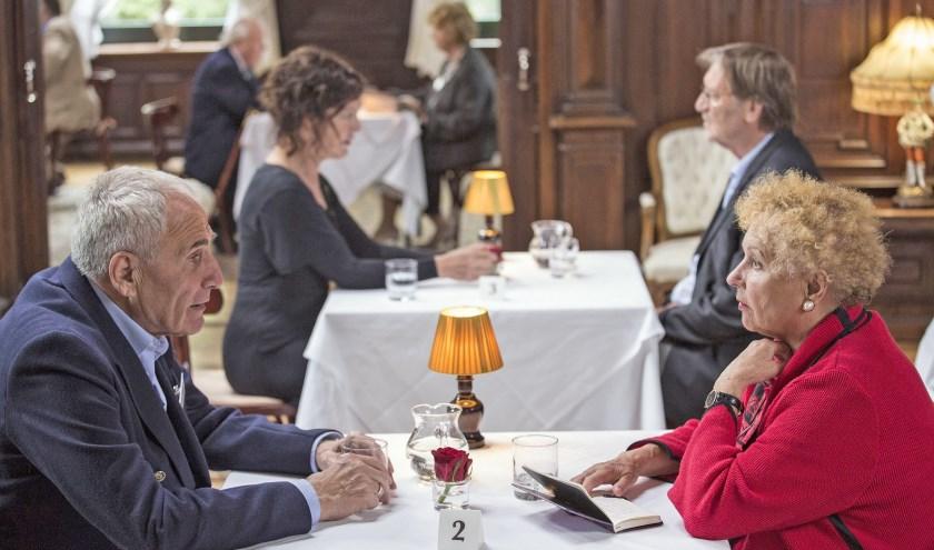 Alleenstaande senioren kunnen in gesprekjes van ongeveer acht minuten contact leggen met andere alleenstaanden. na afloop kunnen telefoonnummers worden uitgewisseld.