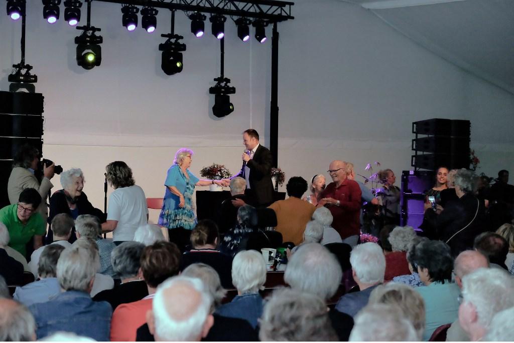 De ouderen samen met zanger Jurgen Jonkers.  © Persgroep