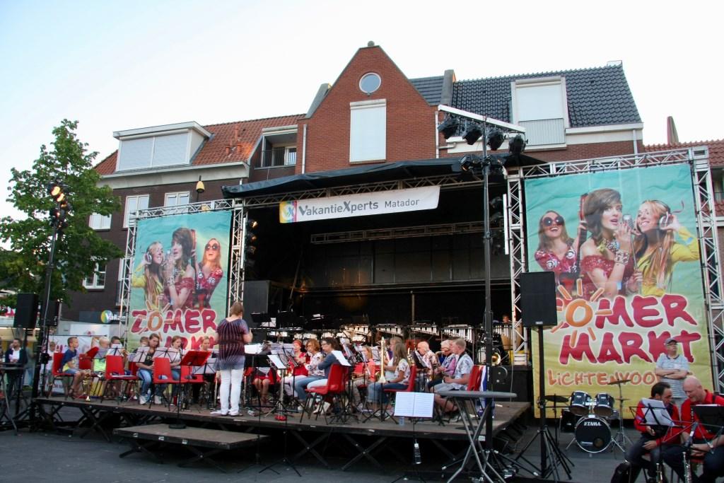 De opening van de Zomermarkt is het optreden van samengestelde orkesten die Lichtenvoorde rijk is.   © Persgroep