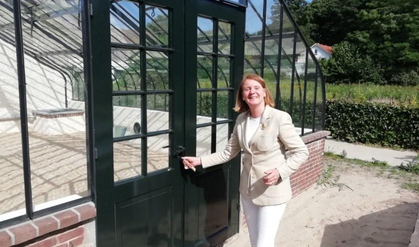 """Monique de Tombe opent de gerestaureerde bijna 150 jaar oude Historische Kas. """"Er is met veel energie gewerkt aan de restauratie van deze kas."""" FOTO: Marcel Bos"""