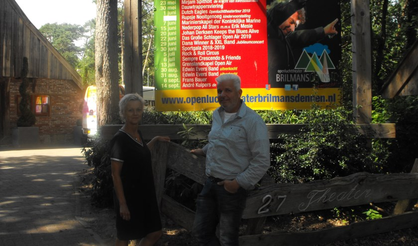 Miriam Reehuis en Erwin van der Woning voor de ingang van het openluchttheater Brilmansdennen.