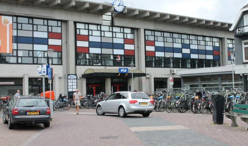 Minder plaats voor auto's, meer plaats voor fietsenstallen en veilig verkeer rond het stationsplein is de insteek van gemeente Goes. Mogelijkheid voor halen en brengen blijft. FOTO: Leon Janssens