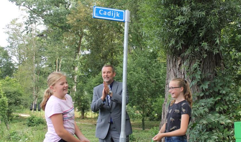 Burgemeester Anton Stapelkamp onthulde met twee leerlingen van Basisschool 't Bastion het naambordje 'Cadijk' bij de Grote Gracht in Bredevoort.