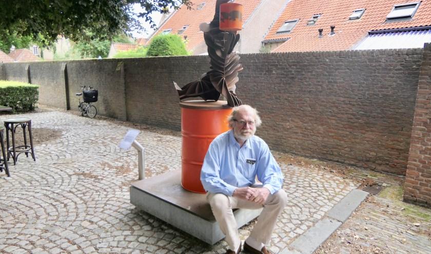 Kunstenaar Hans La Hey uit Delft poseert bij zijn 'Windbeer'. Het kunstwerk staat symbool als steun voor de discussie over de energietransitie.