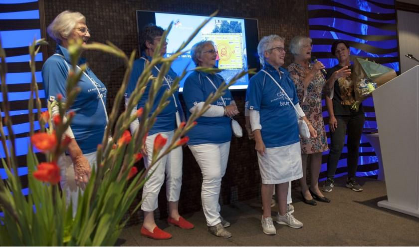 Dames van wandelvereniging de Bol tonen het nieuwe blauwe Lingewaard wandel shirt.