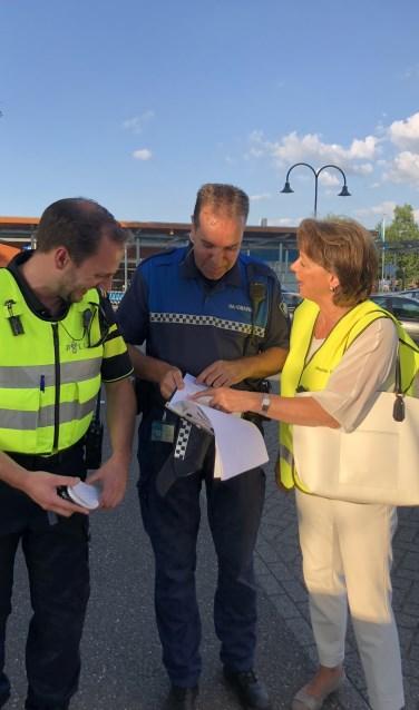 Burgemeester Elly Blanksma laat zich regelmatig informeren door de politie en handhavers.