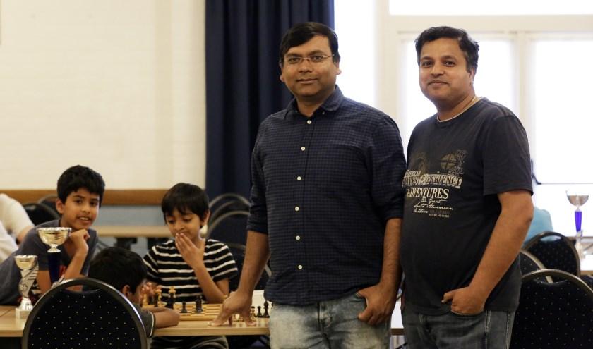 Schaakvaders Shridhar en Satendra bij schaakvereniging Veldhoven, waar hun zoontjes lid van zijn. FOTO: Jurgen van Hoof.