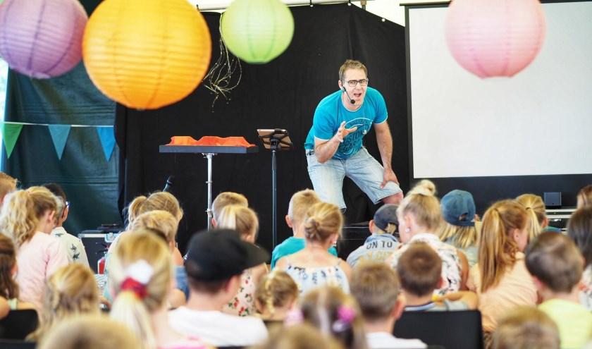 Kindertheater Knettergek + achterkant van kinderen