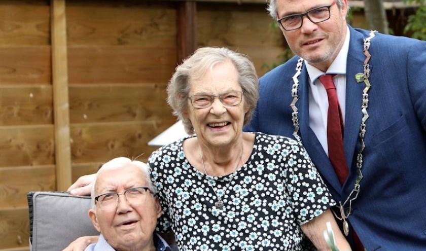 De heer en mevrouw De Graaf-Schoemaker en burgemeester Jan Kottelenberg. (Foto: 3JetFotografie Ochten)