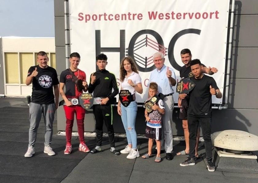 Wethouder Hans Breunissen met de kampioenen van House of Champions die trainen in Sportcentre Westervoort.