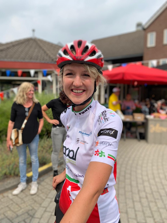 Namens Zorgfederatie Oldenzaal fietste Marloes van Langen mee. Ze had nog nooit op een racefiets gezeten maar met een lach volbracht ze de 102 kilometer van Tour de Goal.  © Persgroep