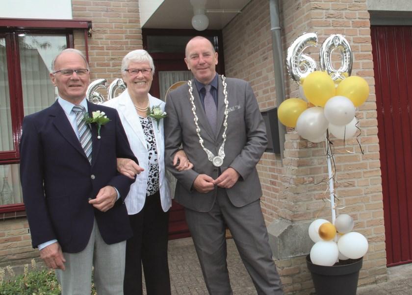 Het diamanten bruidspaar Garsijn met burgemeester Rik de Lange.