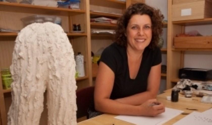 Foto van Fleur van den Berg met haar werk