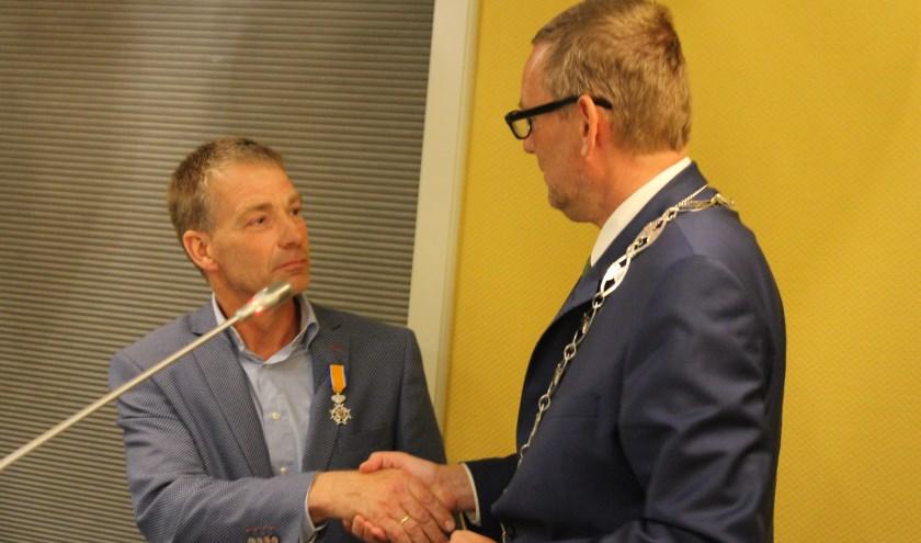 Johan Pennings ontving een Koninklijke Onderscheiding voor ruim 17 jaar raadswerk. Burgemeester Anton Stapelkamp reikte de onderscheiding uit.
