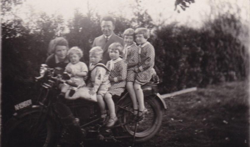 Jan Beks samen met de rest van het gezin op de motor.