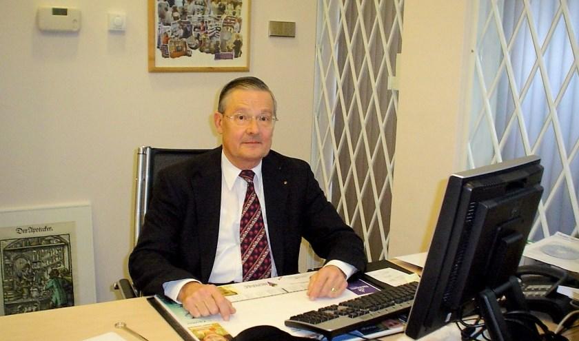Peter Mertens aan het werk in zijn kantoor. Hij runde samen met echtgenote Topy de eerste zelfstandige apotheek van Oirschot.
