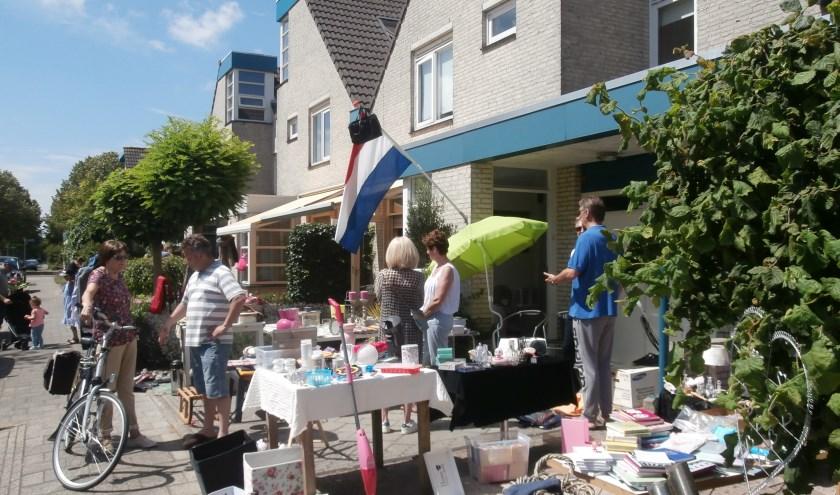 De eerste editie van de voortuinrommelmarkt was een prima succes (Foto JvdS)
