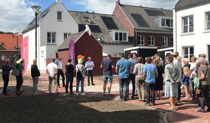 Officieel openingsmoment door wethouder Gijs van Leeuwen (links) en Peter van den Heuvel, directeur Bouwlinie en Woonlinie (rechts).