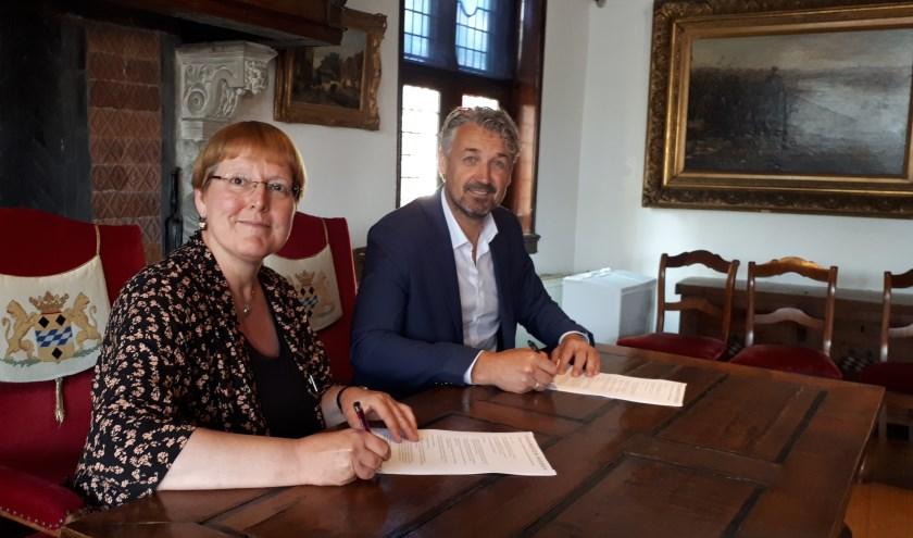 Arja van Veldhuizen, Stadsmuseum Woerde, tekende met Arjan Ton de overeenkomst over eigendom en onderhoud van het beeld.