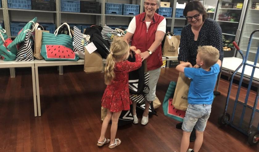 Ladies' Circle De Leest verraste de 149 kinderen van de drie voedselbanken in de Langstraat bij de start van de zomervakantie met een zomer-pret-pakket vol cadeautjes en vrijkaartjes, verpakt in een kleurige strandtas (voor de meiden) en een stoere r