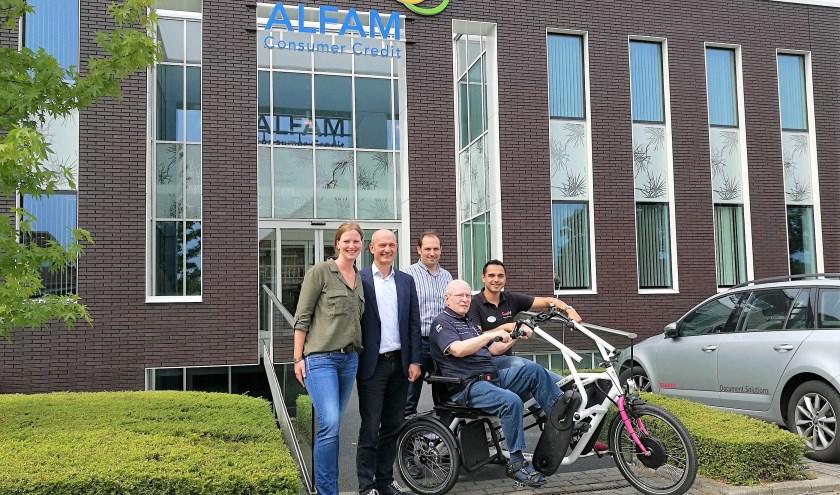 V.l.n.r.: Carolien de Jongh (Team Duurzaamheid) en Ab van Veenhuisen (CIO/CRO) van ALFAM en Michiel Moes (Regiomanager), Bertus (bewoner Bunninchem) en Martin Falkenberg (Beweegagoog) van QuaRijn.