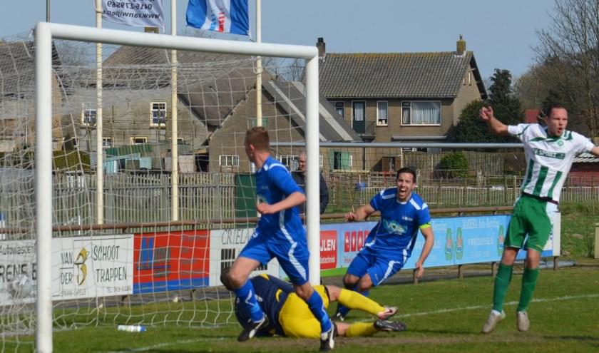 Ook Davey van Balkom, hier nog scorend voor SV Capelle tegen Woudrichem, moet helaas stoppen met voetballen. Foto: Privé SV Capelle