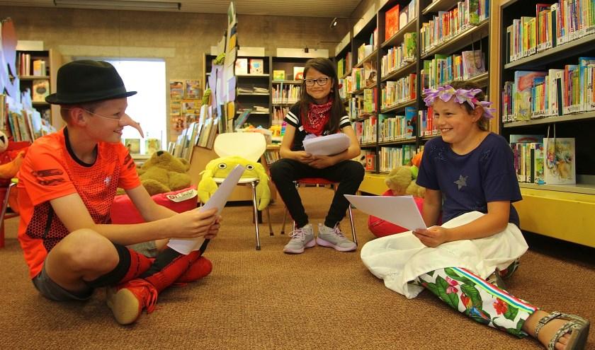 Guus, Adinda en Julie (v.l..n.r.) gaan helemaal op in het verhaal van Mariken van Nimwegen. (foto:Kirsten den Boef)