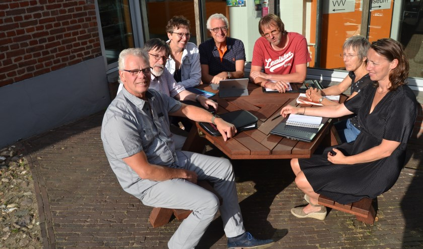 'Vrienden' van links af: Henny Oonk, Herman Onnink, Gerdie Duenk, Gyula de Ploeg, Walter Vaags, Thea Schipper en Annet Westerveld. (Foto: Karin Stronks)