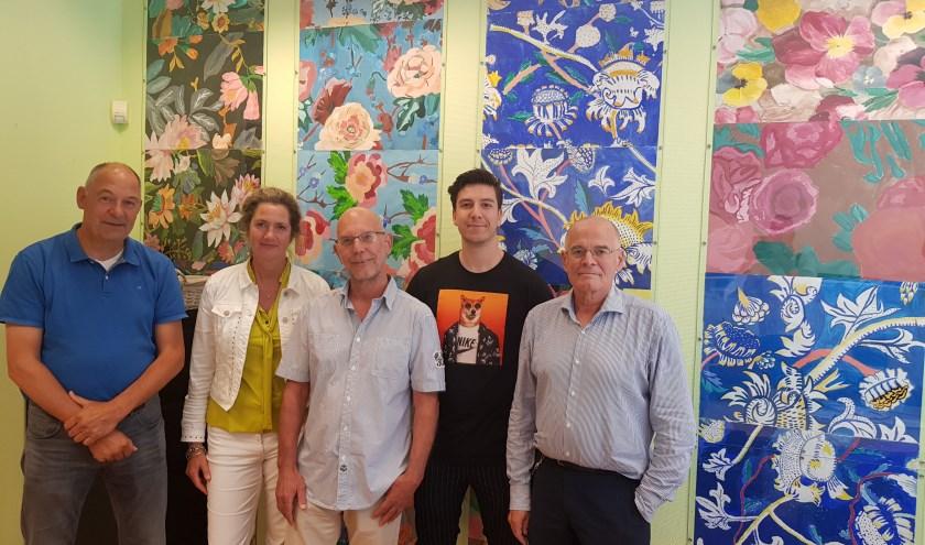 De jubileumcommissie bij een muurversiering die Pantarijn-leerlingen onder leiding van Melanie Roorda hebben gemaakt. (foto: Kees Stap)
