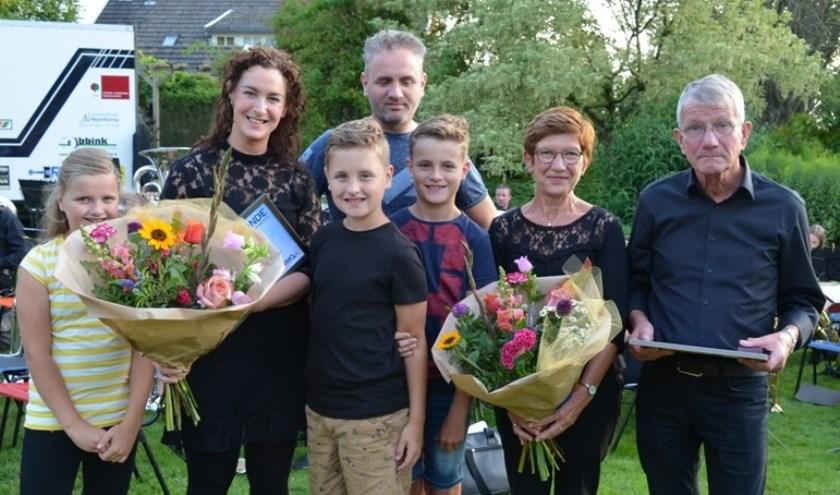 De jubilarissen met hun familie.