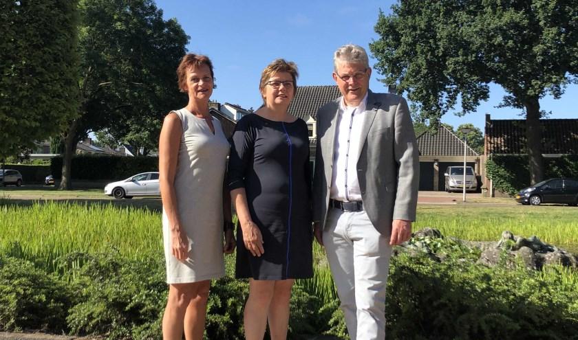 Van links naar rechts: Angela Pigge, Agnes Mentink en wethouder Johan Coes. Foto: gemeente Wierden.