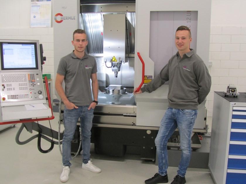 Thijmen Verbakel (l) en Niek Slaats voor bewerkingscentrum Hermle C12U bij Techniekcentrum Brainport in Deurne. Foto: Helmy van Dooren.