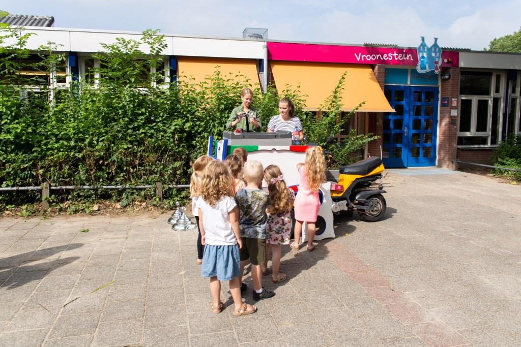Leerlingen netjes in de rij voor een lekker ijsje. Foto: Pastpresentfotografie © Persgroep