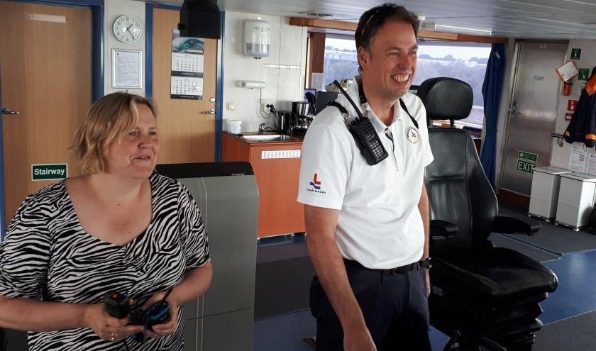 De Zweedse Kapitein Lidja Olsson en loods Frans Sanderse bespreken op de brug van de Deense chemicaliëntanker Ternvind het afmeren van het schip in de Dordtse haven. Foto: Joop van der Hor