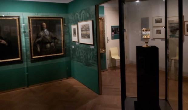 De mooi verzorgde zaal in het museum. In de vitrine staat de drinkbeker. (foto: Arco van der Lee)  © Persgroep