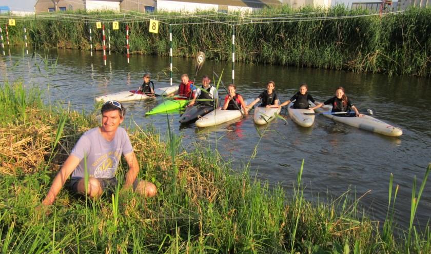 Maurice Willekens (op de voorgrond) en het slalomparcours van de Maaslandse Kano Vereniging.