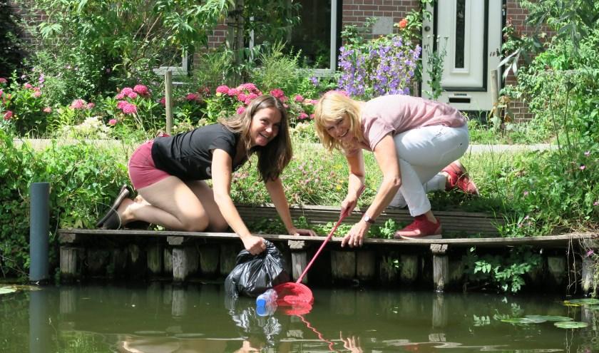 Mira Roosenburg (links) en Angelique Stroomberg (rechts) in actie! Ze kijken uit naar de eerste Canal Cleanup Delft!