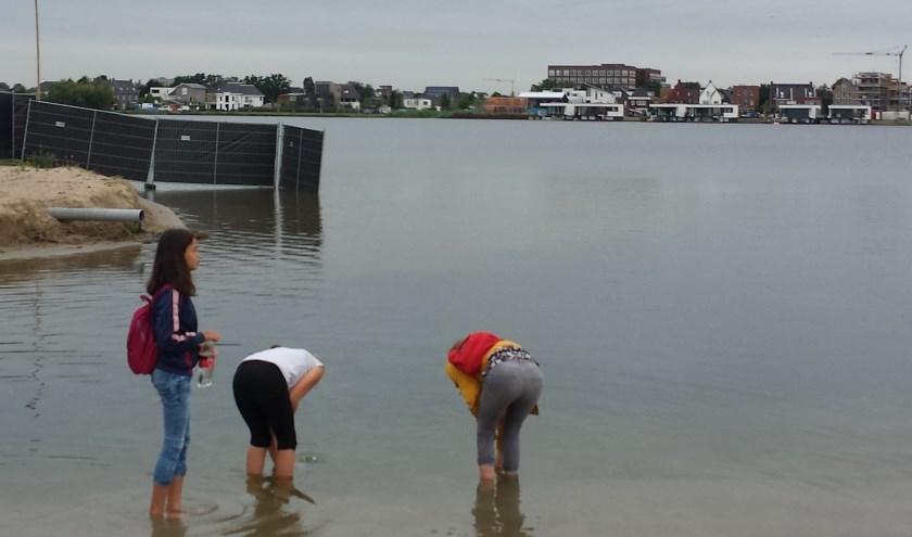 Wandelen voor water: scholieren vullen hun flessen. Foto: Sal Schuitevoerder