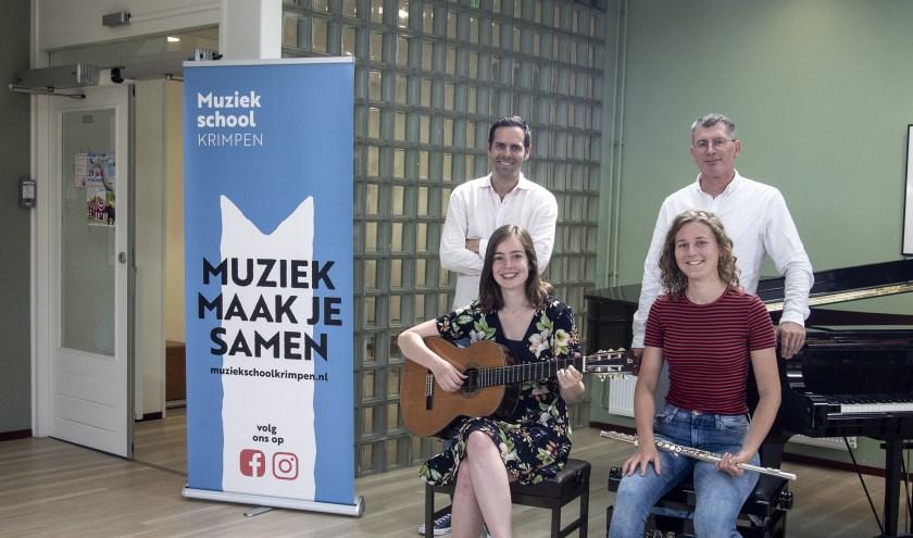 Anne van Rijs (r) en Janette Otterspeer met hun docenten van de Muziekschool Krimpen.