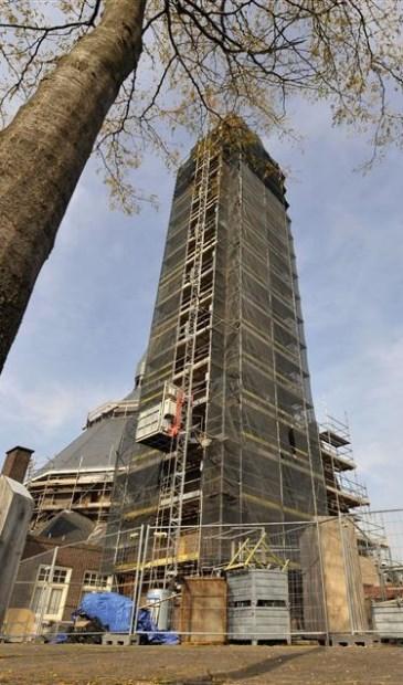 Tien jaar geleden stond de kerk in de steigers bij een grootscheepse renovatie. De kans is groot dat er de komende jaren weer de nodige steigers opgebouwd zullen worden in Rietmolen om de gewenste woningen te realiseren.