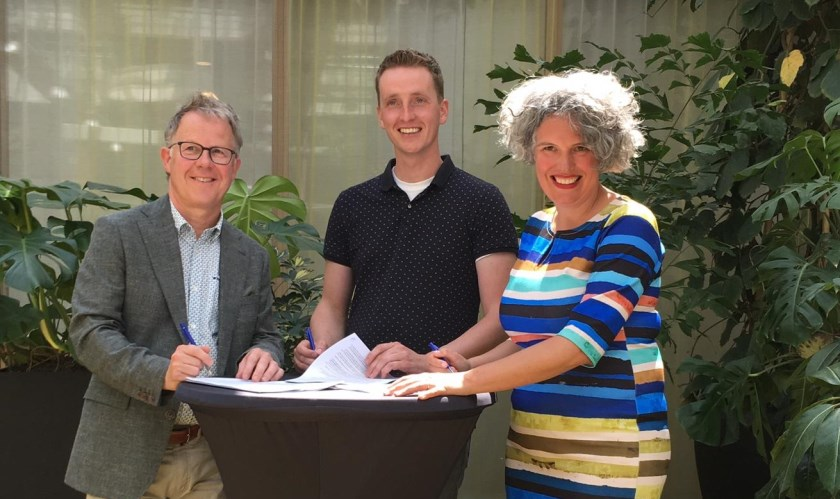 V.l.n.r.: Hans Winters, Dick Wessels van Delta Rijssen Glasvezel Investeringen en Gemma Tiedink.