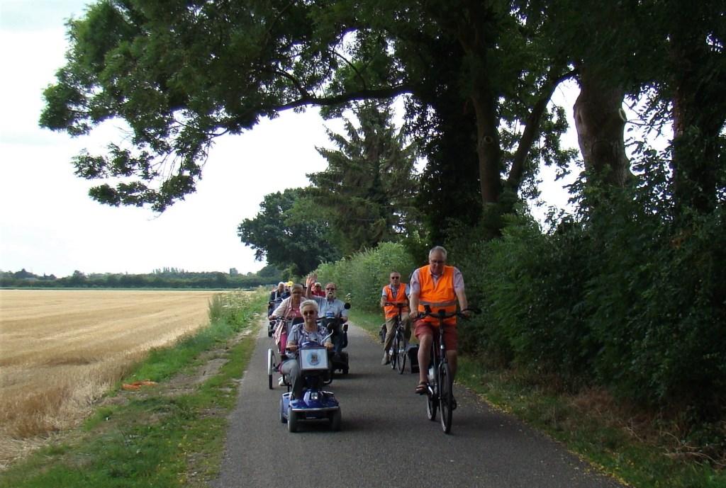 Een mooi plaatje in een lommerrijke omgeving. De deelnemers aan de toertocht van Flipje op wielen genieten volop. Foto: Cees van Cuijlenburg © Persgroep
