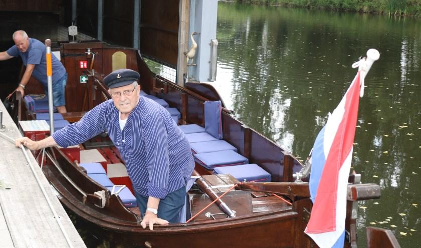 Henk Mogezomp, vooraan, helpt schipper Wim Hoogmans met het uit de loods halen van de 'Fute'. Foto: Arjen Dieperink