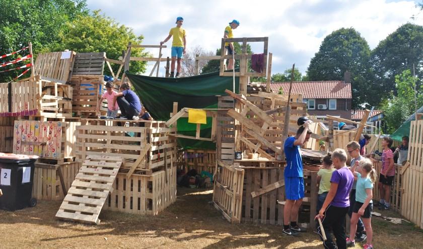 De Jeugdvakantieweek in Waspik begint traditiegetrouw op maandag met het bouwen van hutten in het timmerdorp.